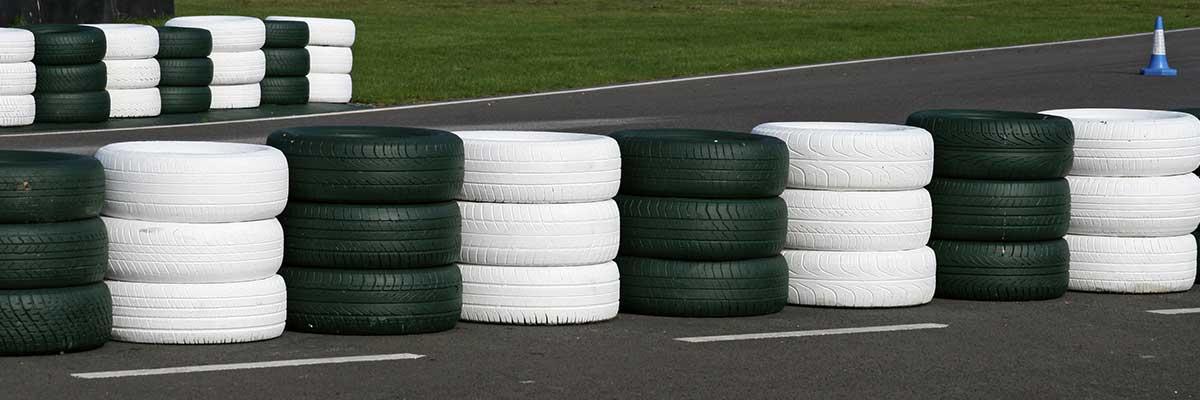 Bender Reifen Recycling - Rennstrecke mit Reifenabsperrung